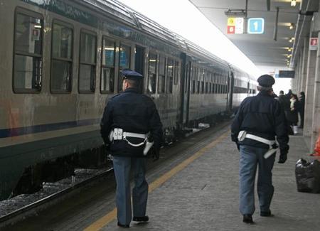 Minaccia gli agenti della Polizia con una piccozza, un arresto a Reggio Calabria