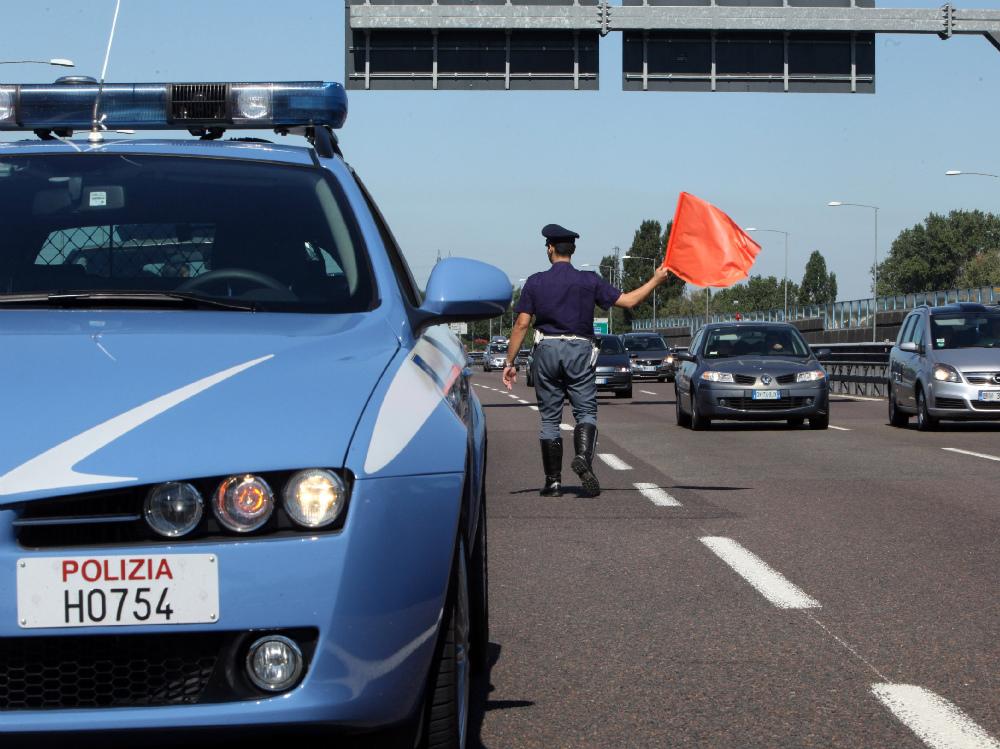 Denunciati due minorenni per aver lanciato sassi dal cavalcavia dell'autostrada: devono rispondere di tentato omicidio