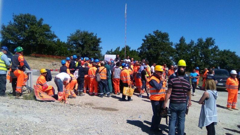 FOTO - Tempa Rossa, il presidio a difesa del lavoro