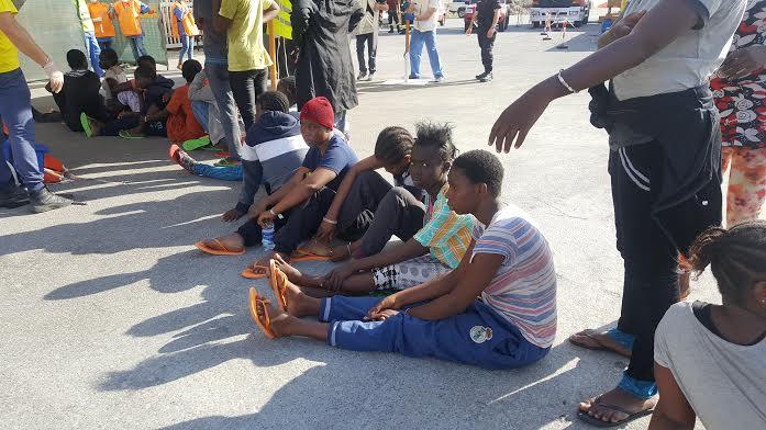 Operazioni di sbarco a Vibo Marina: insieme a quasi 800 profughi c'è anche un neonato