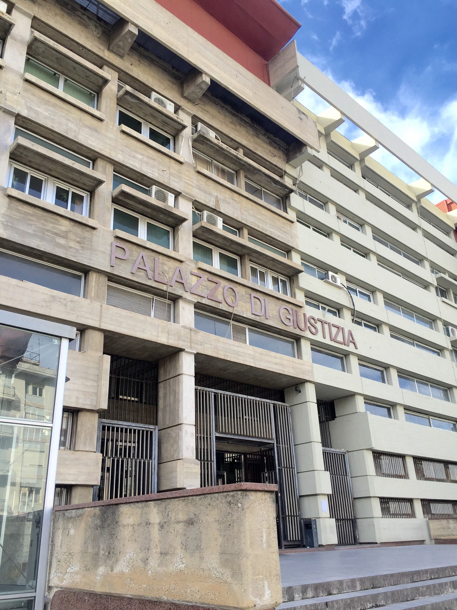 'Ndrangheta, estorsioni agli imprenditori di CosenzaChiuse indagini, pretese dei boss tra bombe e caffé
