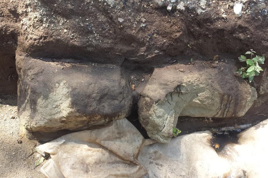 Prese a picconate i resti delle mura greche scoperte di recente a Vibo Valentia