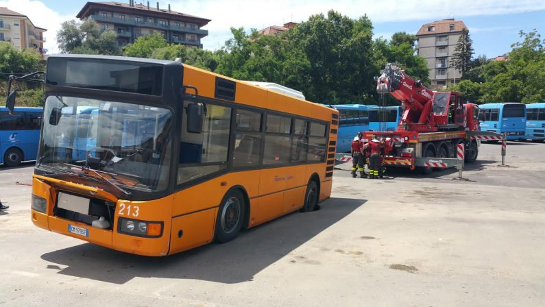 Voragine sulla strada, sprofonda un autobus a Vibo Valentia