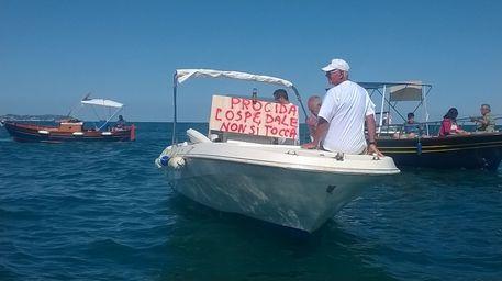In barca contro la chiusura del Pronto Soccorso a Procida