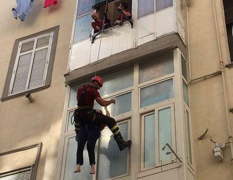 Napoli, 44enne tenta di togliersi la vita ma si impiglia in una veranda e si salva