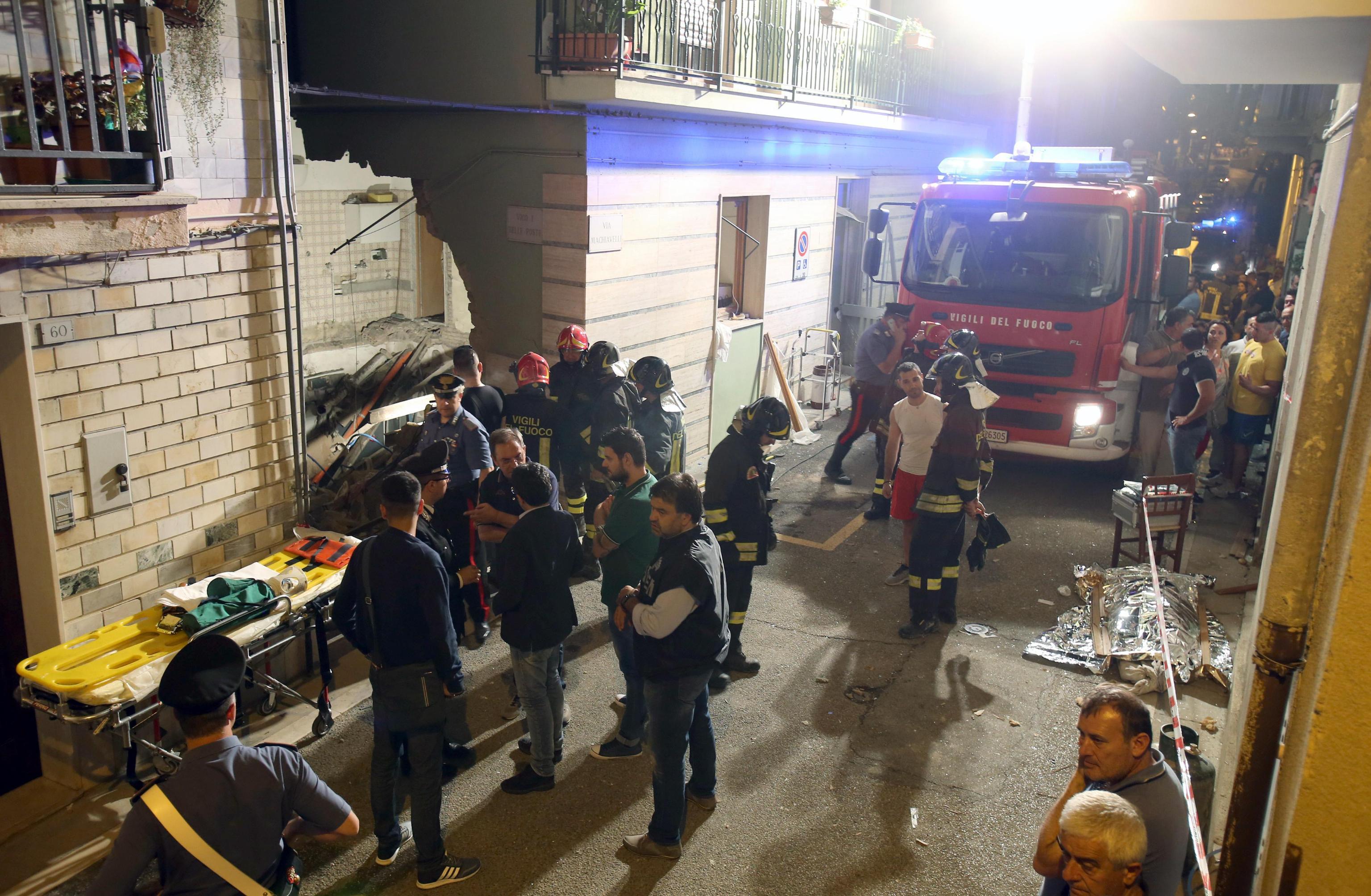 Esplosione a Lavello nel Potentino, 3 mortiCrolla il solaio di una palazzina diversi i feriti
