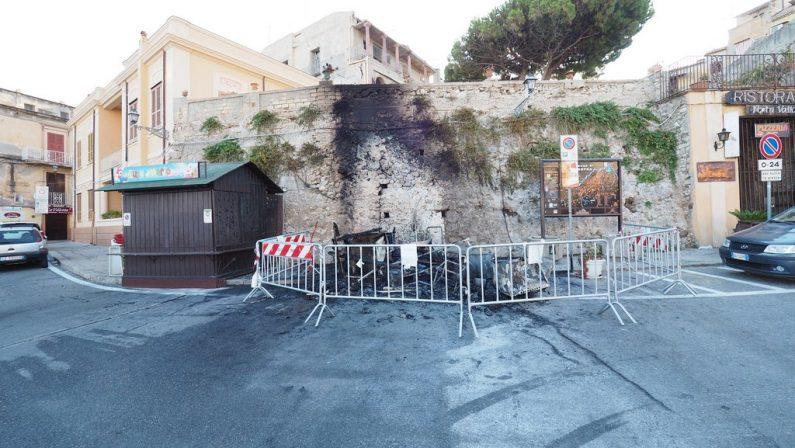 Incendiato e distrutto chiosco per le bibiteIntimidazione in pieno centro a Tropea, indagini