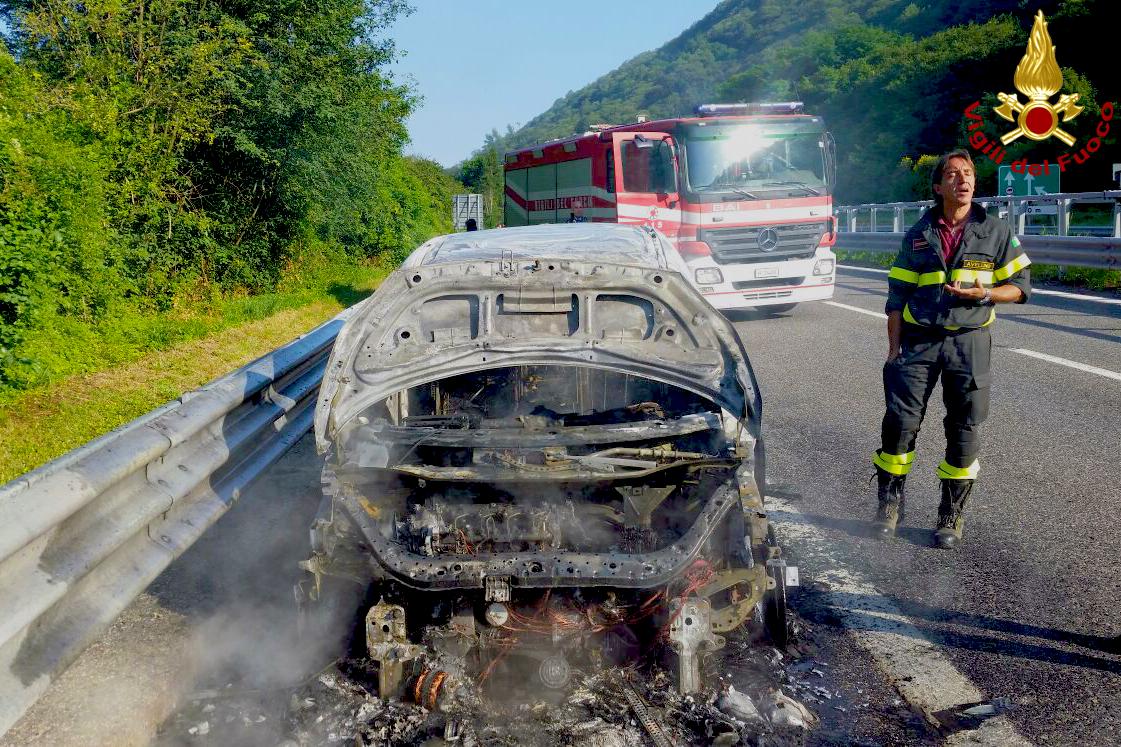 Monteforte, auto di militari a fuoco sull'A16