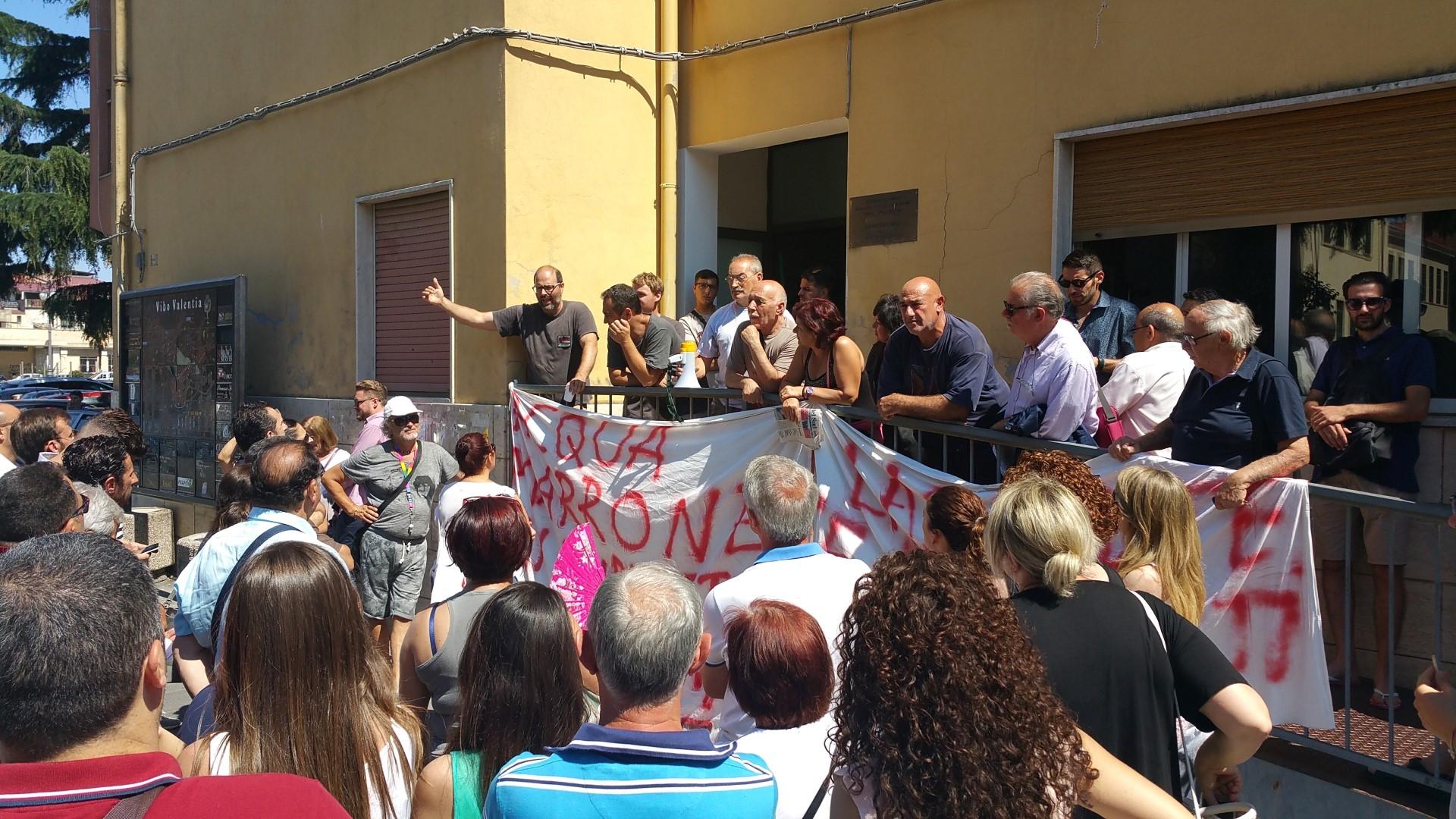 Mare sporco, ancora proteste dai cittadini di Nicotera  In centinaia davanti la prefettura di Vibo Valentia