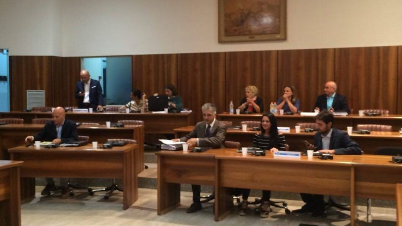 Avellino, otto consiglieri della maggioranza firmano la sfiducia al sindaco: lunedì la resa dei conti in Consiglio