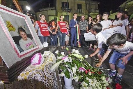 Salerno, lacrime e dolore al funerale della piccola Maria. E continua la caccia all'assassino