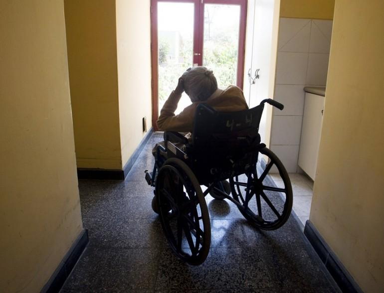 Un anziano in una casa di riposo
