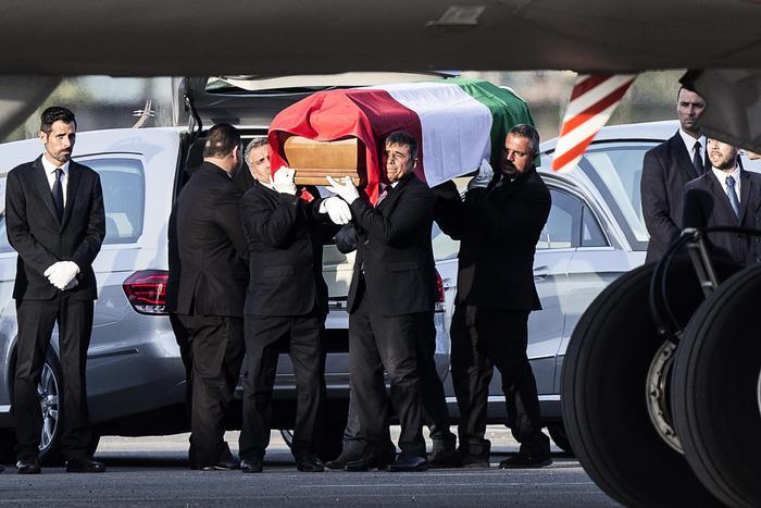 Strage Dacca, Don Monti a Ciampino accoglie il feretro della sorella Simona:bare con il tricolore tra lacrime e dolore