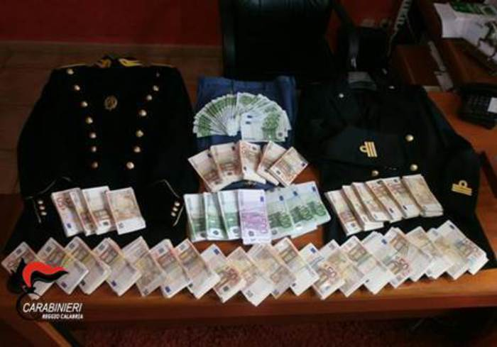 Divise della guardia di finanza e 270 mila euroscoperte nel Reggino, denunciato un uomo