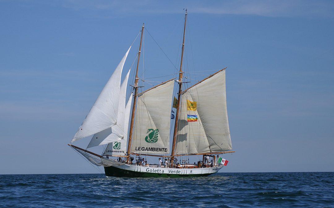 Goletta Verde in navigazione nel mare calabrese