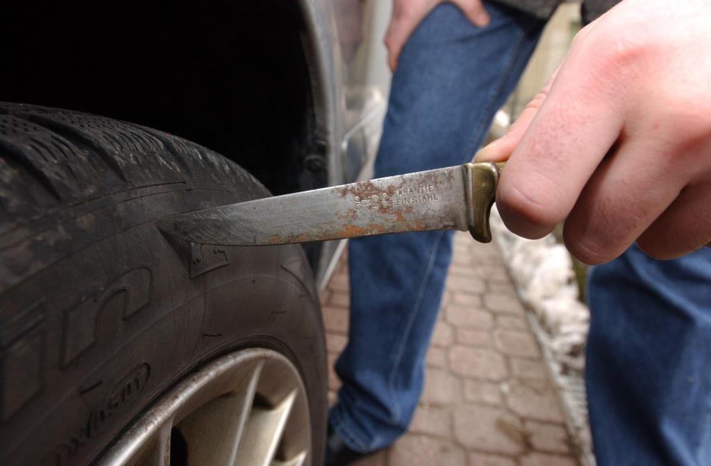 Vibo, intimidazione a giornalista del Quotidiano  Squarciate per diverse volte le gomme dell'auto