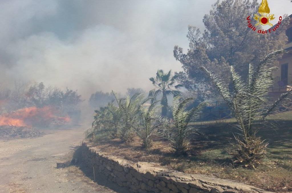 Le fiamme vicino ad un'abitazione