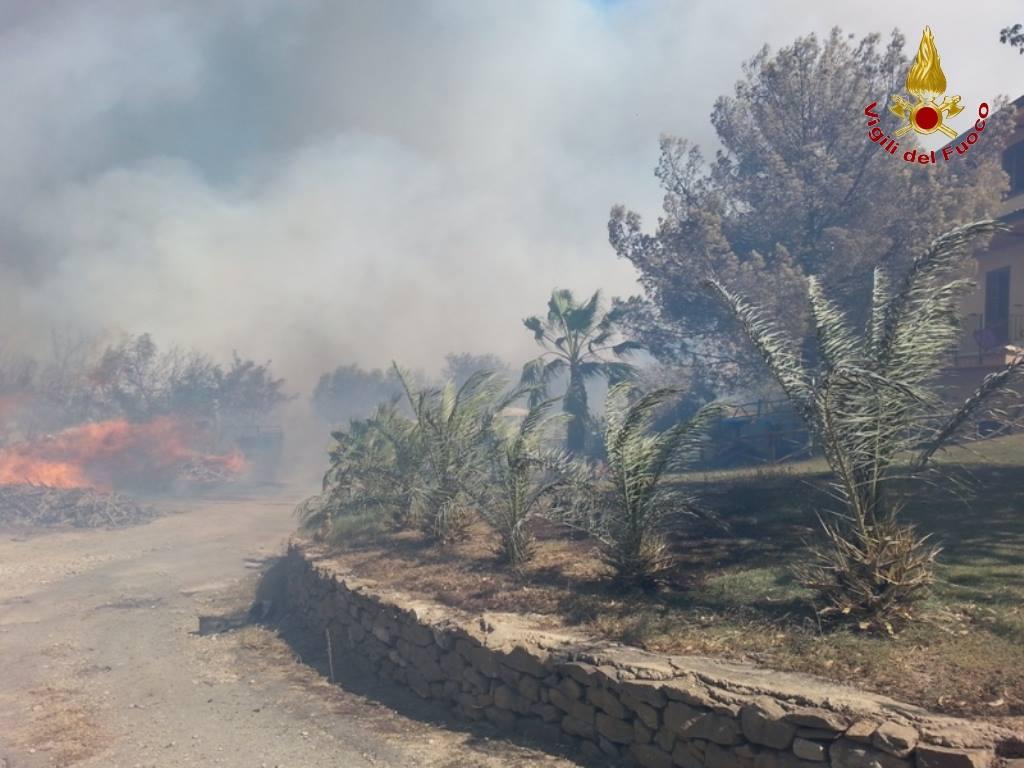 Giornata da incubo nel Crotonese, incendio distrugge  aziende e automezzi, lambite molte case