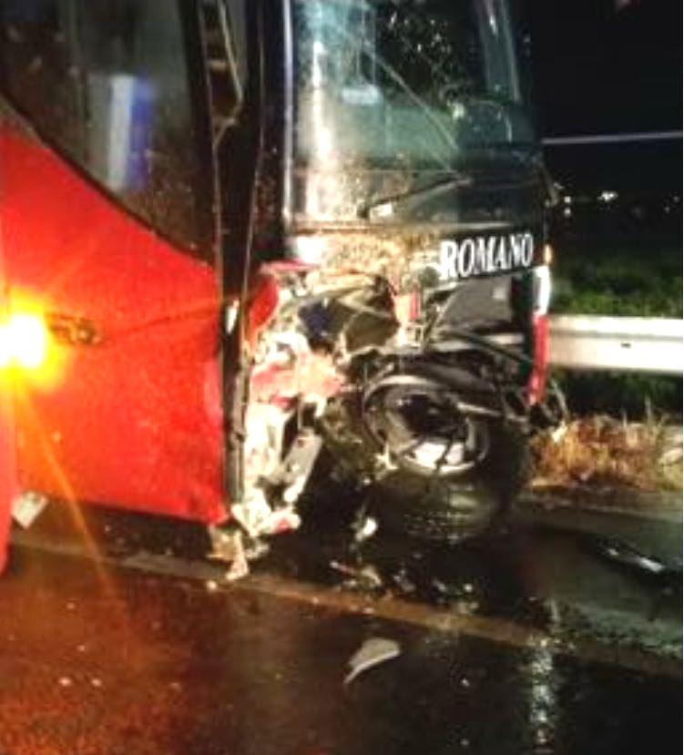 Automobile si scontra con un autobus nel Cosentino, il bilancio è di un morto e sei feriti