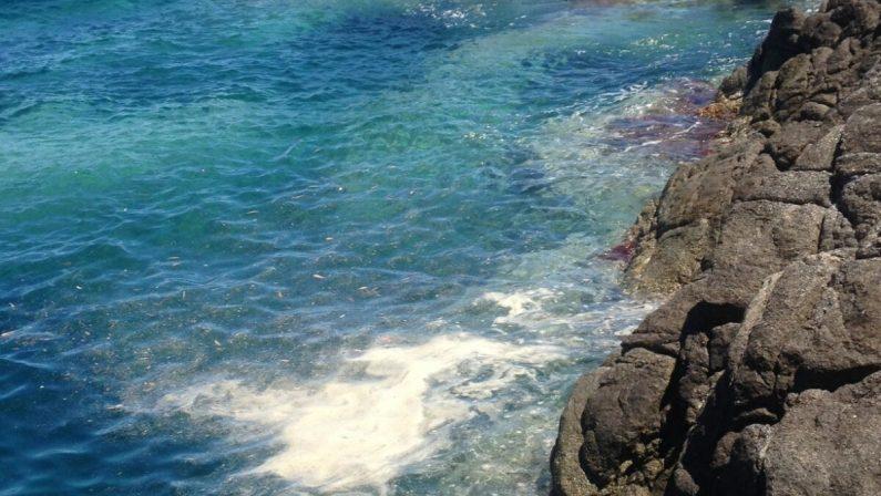 Liquami in mare a Stalettì, sulla costa catanzarese: proteste dei turisti
