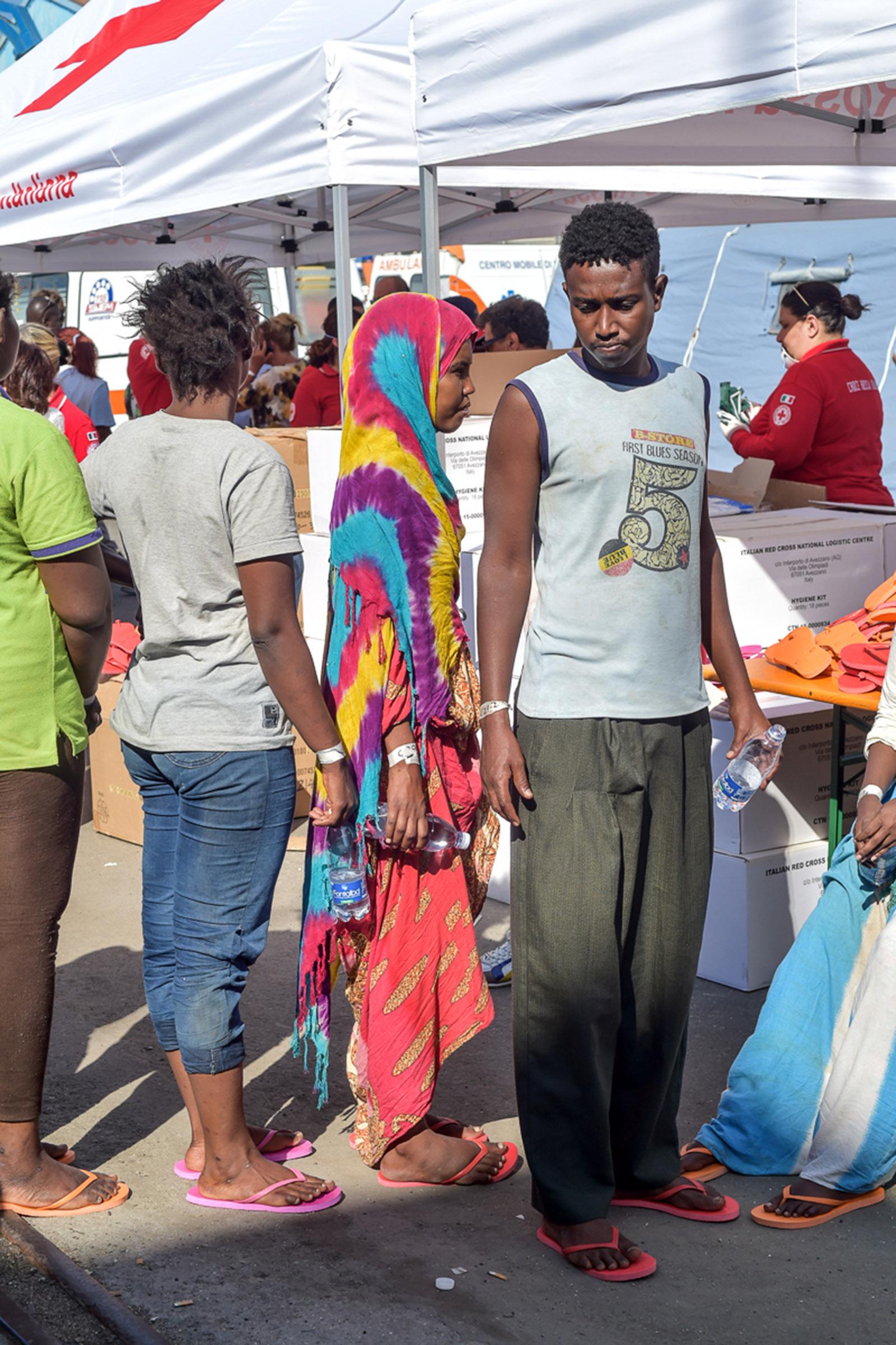 FOTO - Sbarco di immigrati nel porto di ViboTra 606 persone anche 16 bare in fila