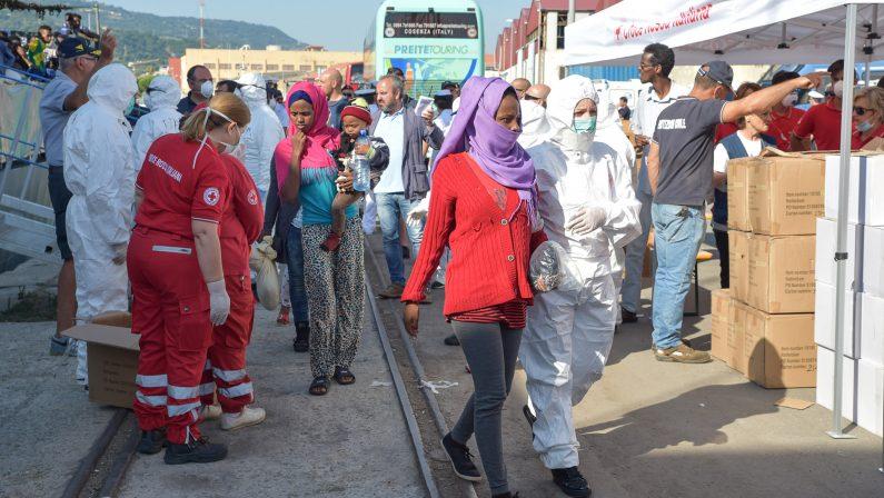Immigrati, secondo sbarco in pochi giorni a ViboNel porto giunte 250 persone: ci sono anche feriti