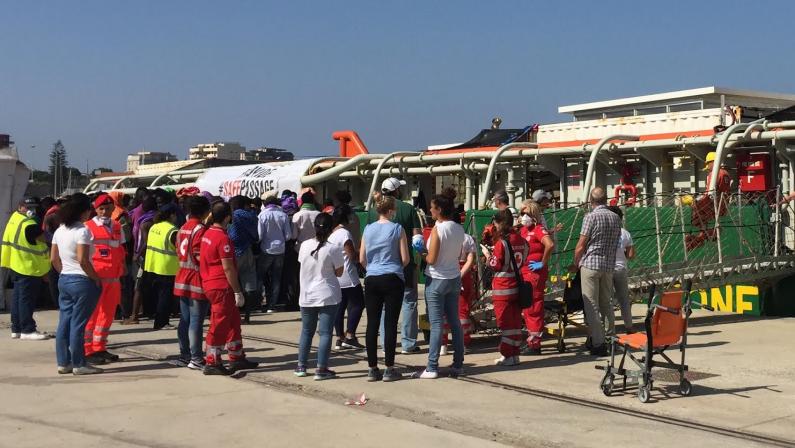 Migranti nel porto di Reggio con una nave ingleseScatta sistema di soccorsi e accoglienza: sono 46