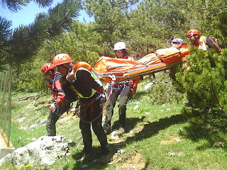 Uomini del soccorso alpino in azione