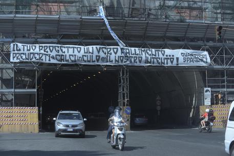 Napoli, striscioni di protesta contro il presidente De Laurentiis