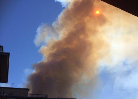 Vasto incendio in una fabbrica di vernici nel napoletano, indagini della Polizia