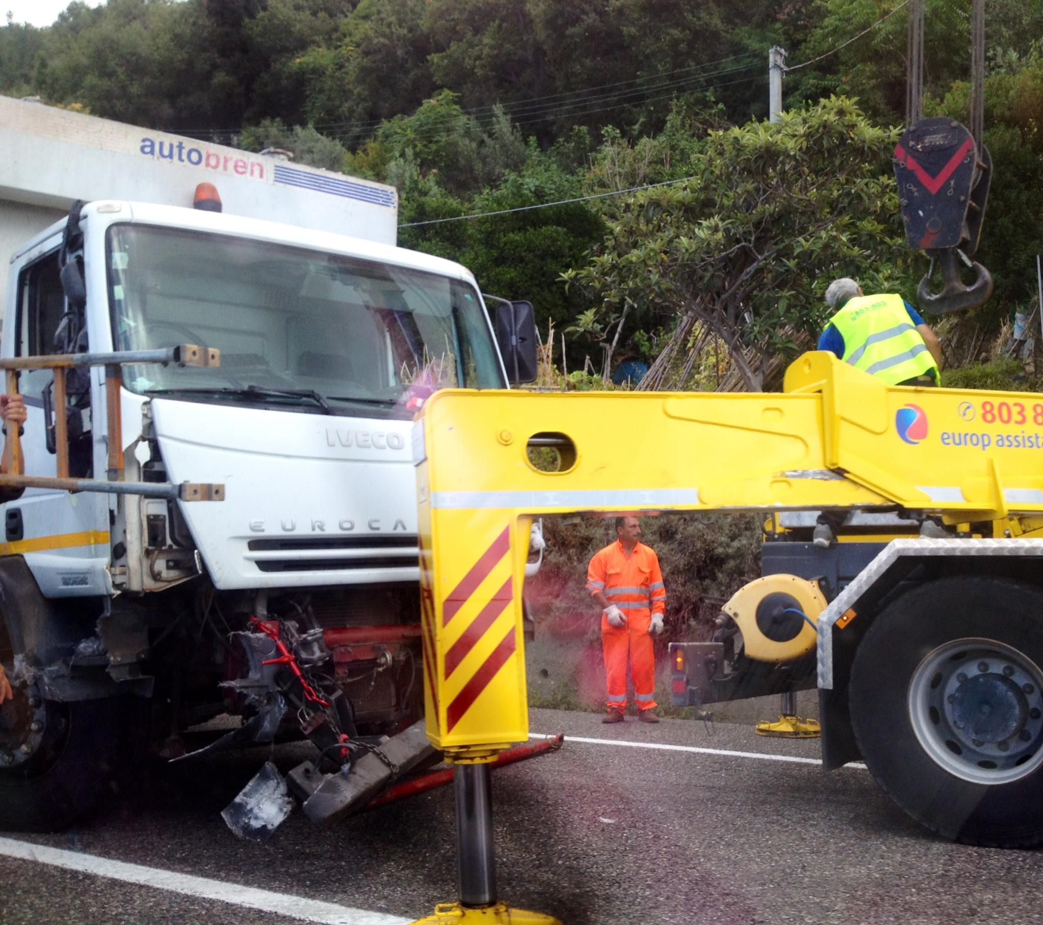 Camion della spazzatura si ribalta sulla 107 Silana-CrotoneseDisagi alla circolazione in entrambe le direzioni di marcia