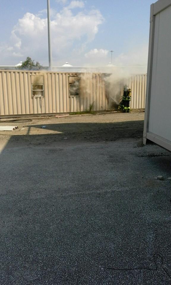 FOTO - Incendio al container della Protezione civile con materiale da destinato ai terremotati