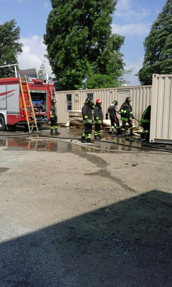 In fiamme container della Protezione Civile con materiale da destinare ai terremotati