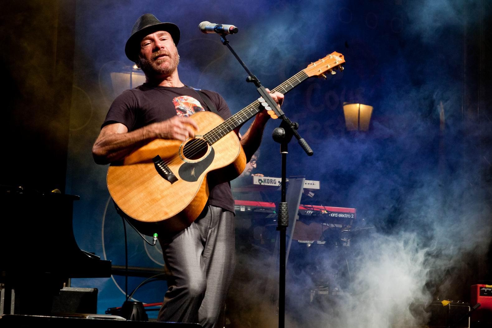 """Mario Venuti e il suo """"Tramonto dell'occidente""""  L'intervista al cantautore siciliano in tour in Calabria"""