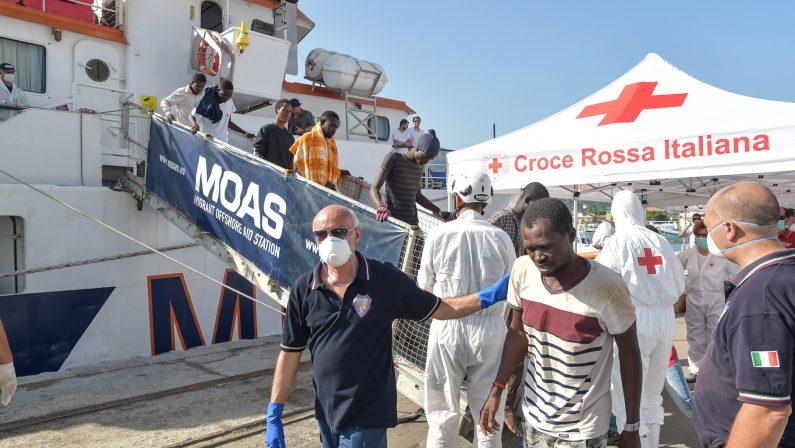 Migranti, oltre 400 persone sbarcano a Vibo Marina  Tra loro ci sono anche 130 minori non accompagnati