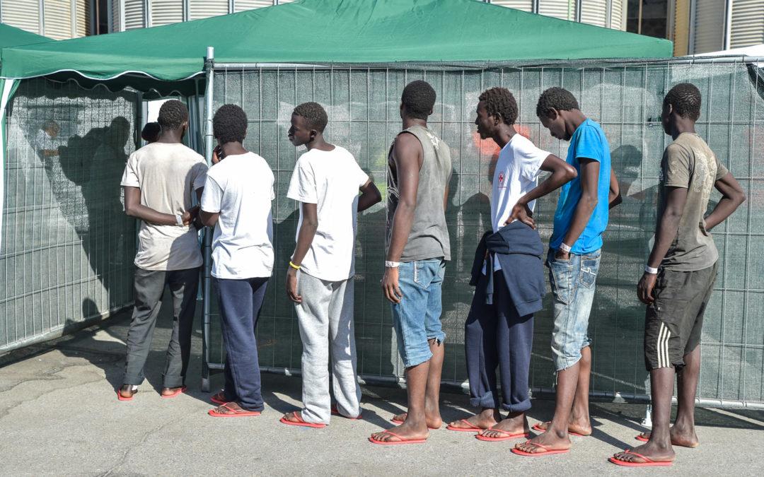 Uno sbarco di migranti (foto d'archivio)
