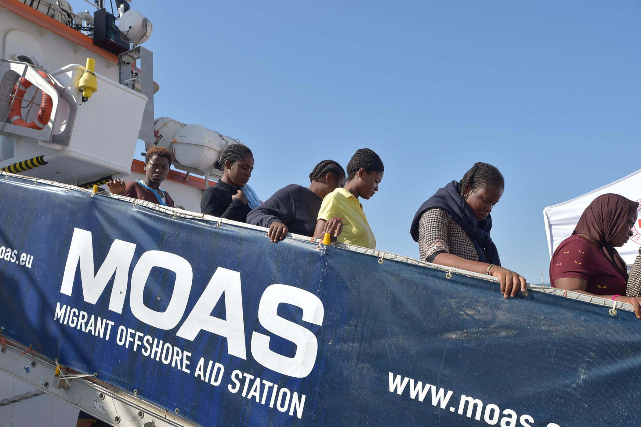 Decine di cadaveri di migranti in arrivo al porto di ReggioA bordo di una nave di Medici senza frontiere