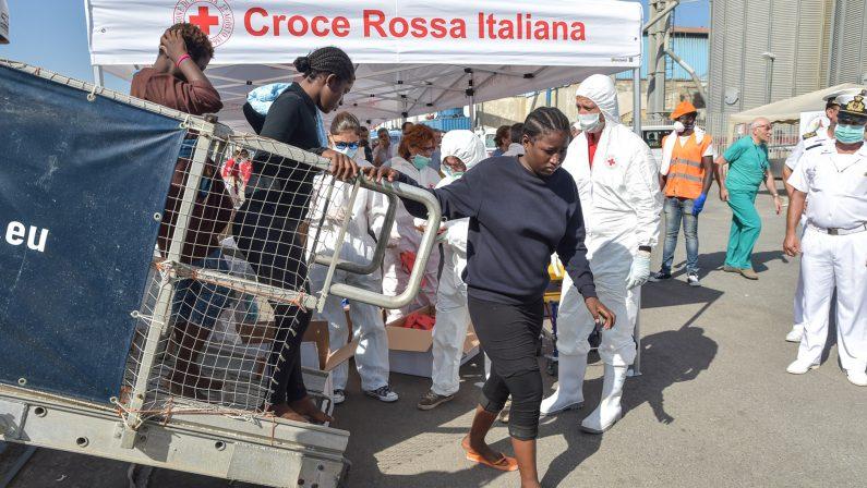 Reggio, nuovo sbarco di migranti in CalabriaArrivate al porto oltre 100 persone tra cui 2 donne