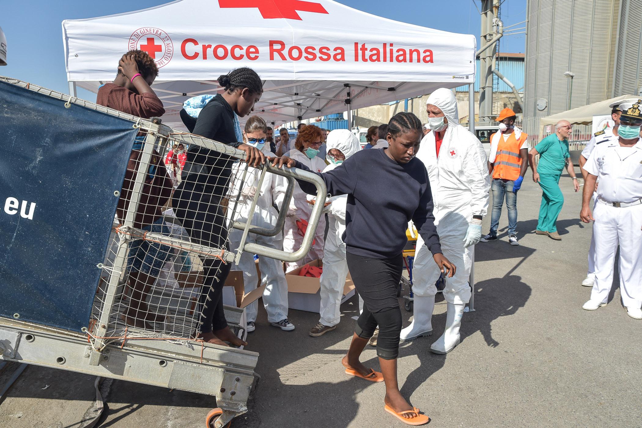 Arrivati 650 migranti al porto di Reggio Calabria, c'è anche un ferito da arma da fuoco