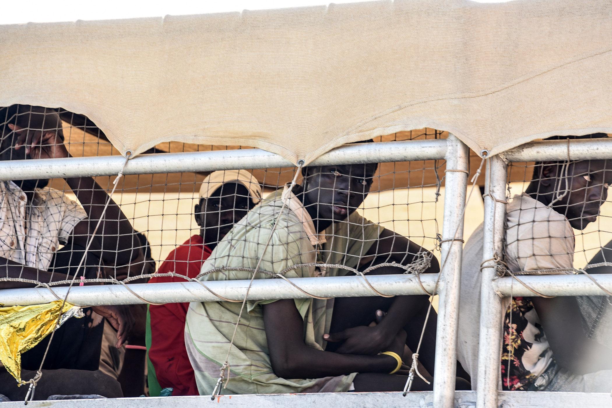 Migranti incatenati davanti alla sede della Regione: chiedono la tutela del caporalato