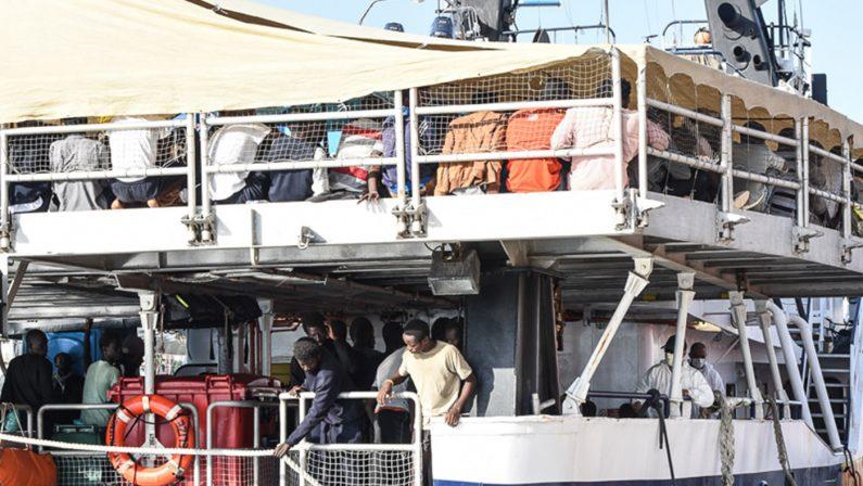 Arrivata al porto di Reggio Calabria una nave con circa 180 migranti partiti dal Bangladesh