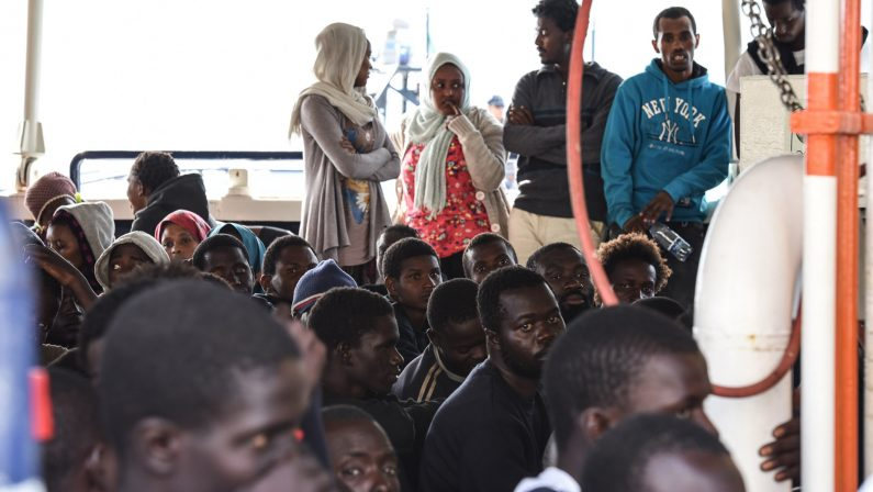 Sbarco di migranti a Corigliano, arrestate due persone accusate di essere gli scafisti