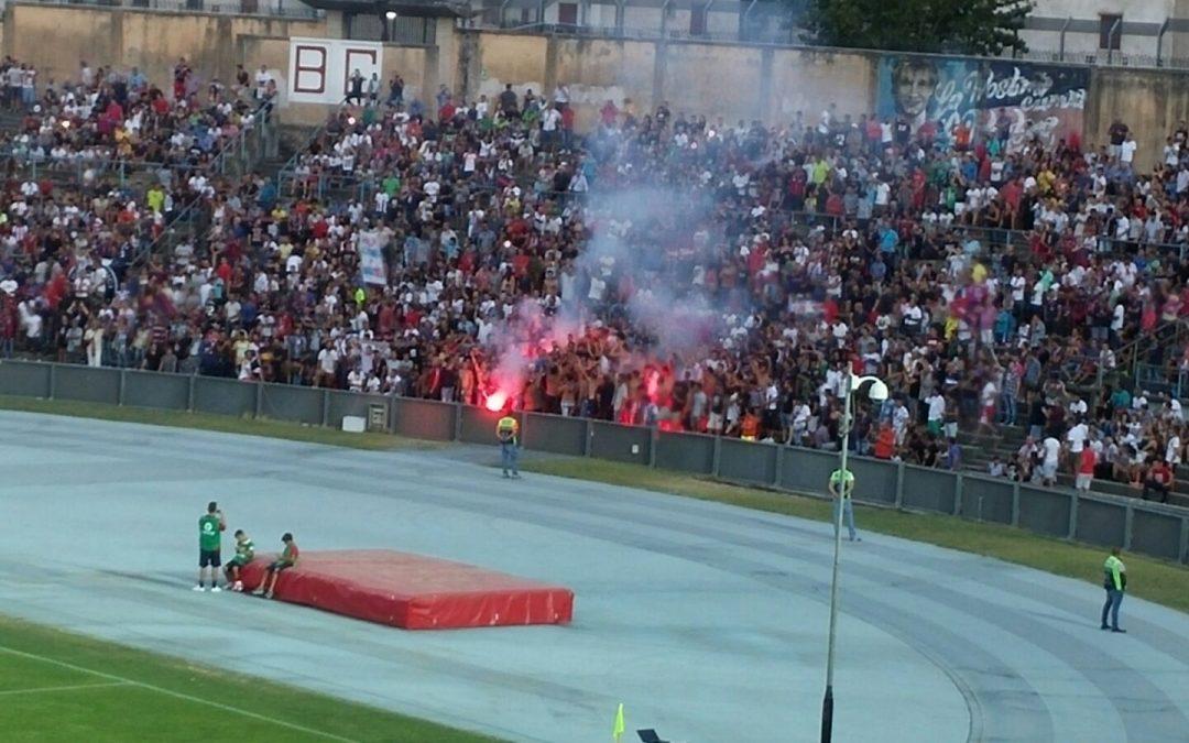 VIDEO – Il giorno di Crotone-Atletico Madrid  La protesta dei tifosi e lo striscione contro le istituzioni