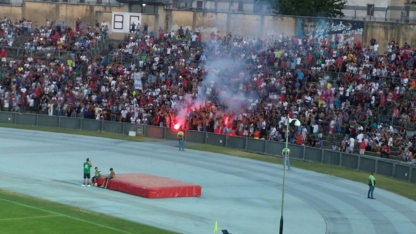 VIDEO - Il giorno di Crotone-Atletico MadridLa protesta dei tifosi e lo striscione contro le istituzioni