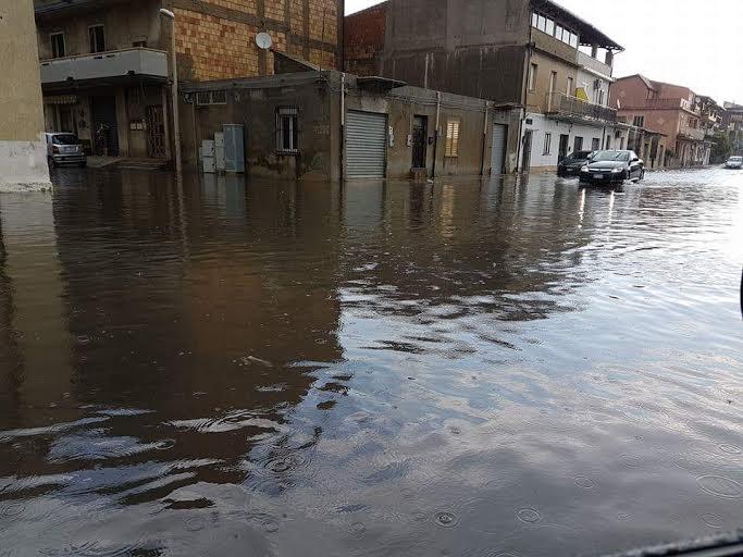 Allarme a Vibo Valentia: strade allagate e tombini saltati per un violento acquazzone