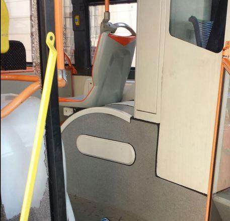Napoli, il bus fa ritardo: autista aggredito e vetro completamente spaccato