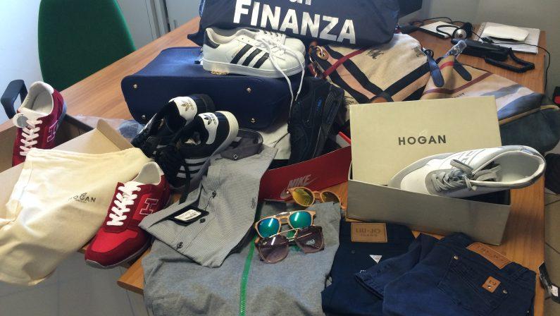 Scarpe e abbigliamento con marchi contraffattiMaxi sequestro di prodotti nel Cosentino