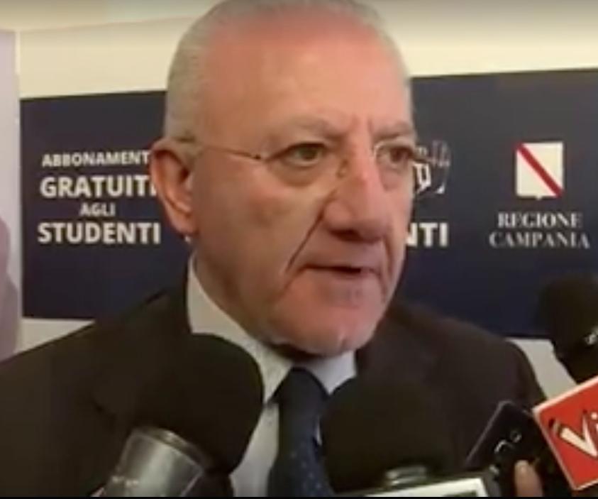 Gli studenti campani viaggiano gratis, il Presidente De Luca consegna i primi abbonamenti