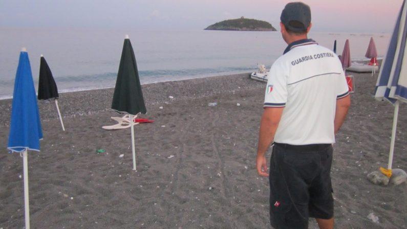Ombrelloni e sdraio lasciati sulla spiaggia liberaMaxi sequestro della Guardia costiera a Diamante