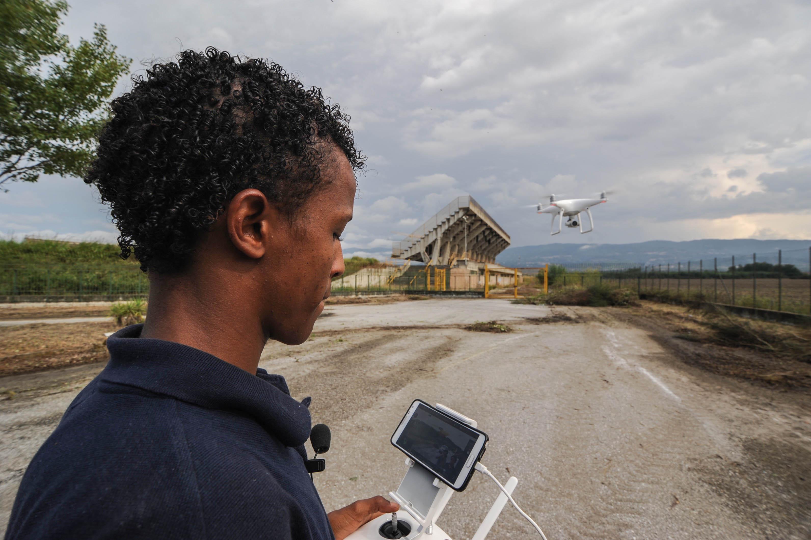 Sbarca in Italia come profugo ora è pilota di dronealla Malgrado Tutto di Lamezia: la storia di Abdullah